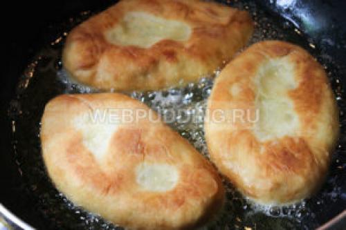 Быстрые пирожки на кефире готовятся моментально на сковороде.
