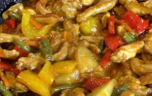 Курица по-тайски в кисло-сладком соусе. Курица в кисло-сладком соусе «по-шанхайски» с овощами и ананасами