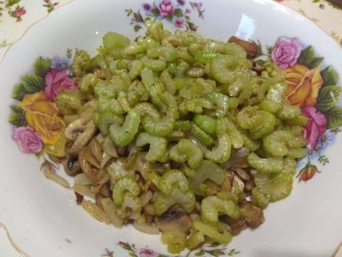 Салат «Зимний вечер» — сытный, вкусный. Хорош и в теплом, и в холодном виде