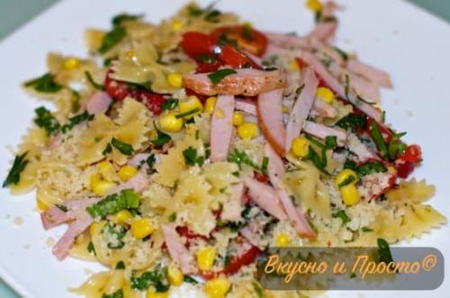 Салат с бабочками макаронами. Итальянский теплый салат с макаронами и ветчиной