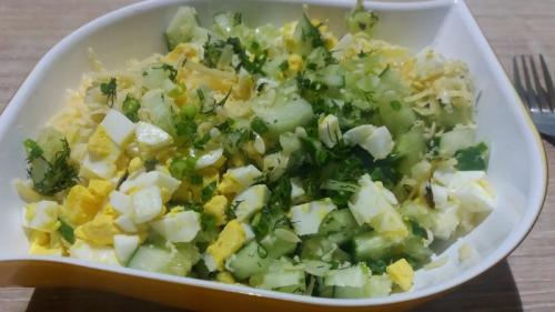 Салат из огурцов-и яиц. Простой салат со свежим огурцом и яйцом