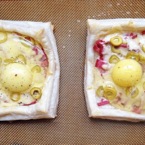 Слойки с яйцом, ветчиной и сыром.