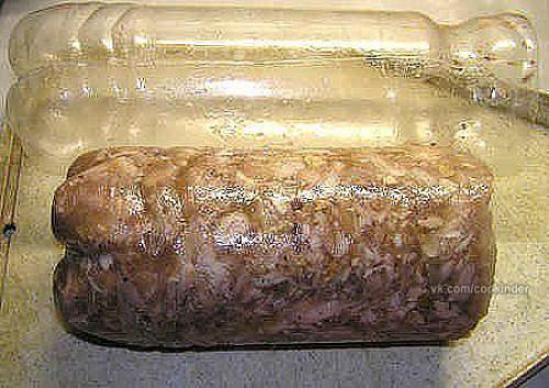 Куриный рулет в бутылке с грибами.