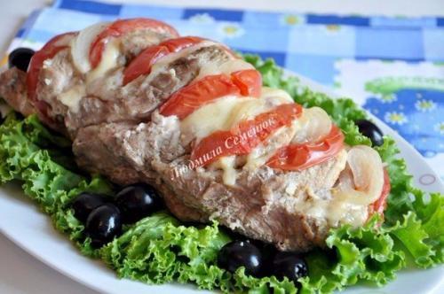 Блюда из свиной шейки. Свиная шейка, запеченная с сыром и помидорами.