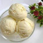 Домашнее ванильное мороженое.