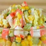 Салат из пекинской капусты с крабовыми палочками.