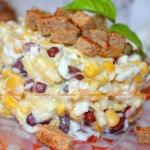 Салат с фасолью, сыром и сухариками.