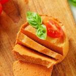 Сыроедческий паштет.  Паштет можно намазывать на сыроедческие хлебцы и крекеры, заворачивать в листья салата, шпината.