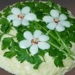 """Салат с корейской морковью и грибами """"Три Цветка""""."""