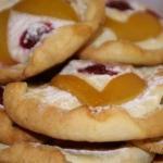 Творожное печенье - пирожное с фруктами.