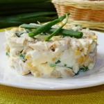 Салат с грибами, курицей и кукурузой.