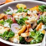 Салат с грибами, сыром и картофелем.