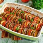 Рататуй.  Рататуй - это традиционное французское блюдо из тушеных овощей.
