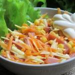 Ароматный салат с копченой колбасой.