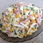 Салат с капустой, огурцами и копченной колбасой.