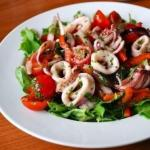 Салат из кальмаров с оливками.