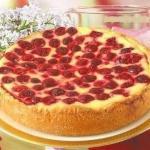 Пирог - сметанник с ягодами.