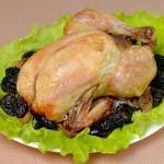 Курица, фаршированная яблоками и черносливом.