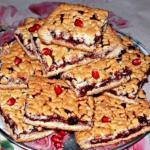 Домашний пирог из песочного теста со смородиновым вареньем.