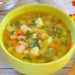 Суп с фасолью и кабачками.