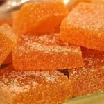 Яблочный мармелад?   Без дополнительных желатинирующих веществ - мармелад застынет сам, за счет содержащегося в яблоках пектина.
