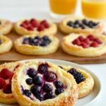 Быстрые тарталетки с ягодами и творогом - невозможно оторваться.