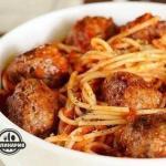 Спагетти с мясными шариками в томатном соусе.
