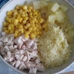 Салат из курицы с ананасами и кукурузой.