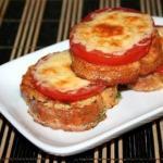 Гренки с помидорами и сыром.