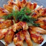 Куриные крылышки в медово - соевом соусе.