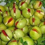 Маринованые помидоры зеленые фаршированные перцем и чесноком.