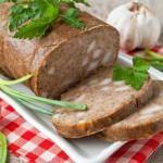 Домашняя печеночная колбаса с салом и чесноком - получается толстой, легко режется на ровные кусочки.