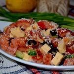 Салат с курицей, овощами и кунжутом.