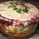 """Салат """"Лакомка"""".  Очень популярный вкусный слоеный салат, состоящий, как бы, из трех разных салатов."""