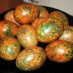Мы красим яйца оригинальным способом к пасхе.