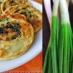 Пучок зеленого лука, мука и вода - простейшие продукты.