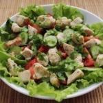 Салат из курицы и свежих овощей.