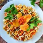 Салат с кукурузой и чипсами.