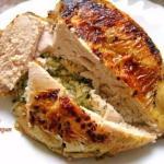 Куриная грудка, фаршированная сыром, чесноком и зеленью.
