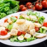 """5 секретов, чтобы приготовить салат """"Цезарь"""" нереально вкусно."""