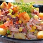 Салат с фасолью и сухариками.