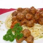 Спагетти с фрикадельками в соусе.
