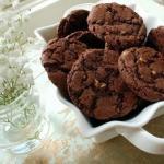 Шоколадное печенье с орехами.