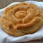 Порционный пирог с сыром и колбасой.