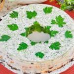 Слоеный желейный салат - получается сытный, вкусный, прекрасно смотрится на столе и охотно поедается гостями!