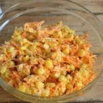 Салат из корейской морковью и копченой курицей.