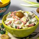 Салат с крабовыми палочками и оливками.