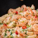 Острая паста с креветками и сливочно - чесночным соусом.