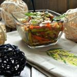 Хрустящий салат с курицей и овощами.