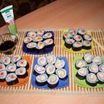 Суши.   Рецепт приготовления роллов я нашла на одном из кулинарных сайтов и это мой первый опыт.